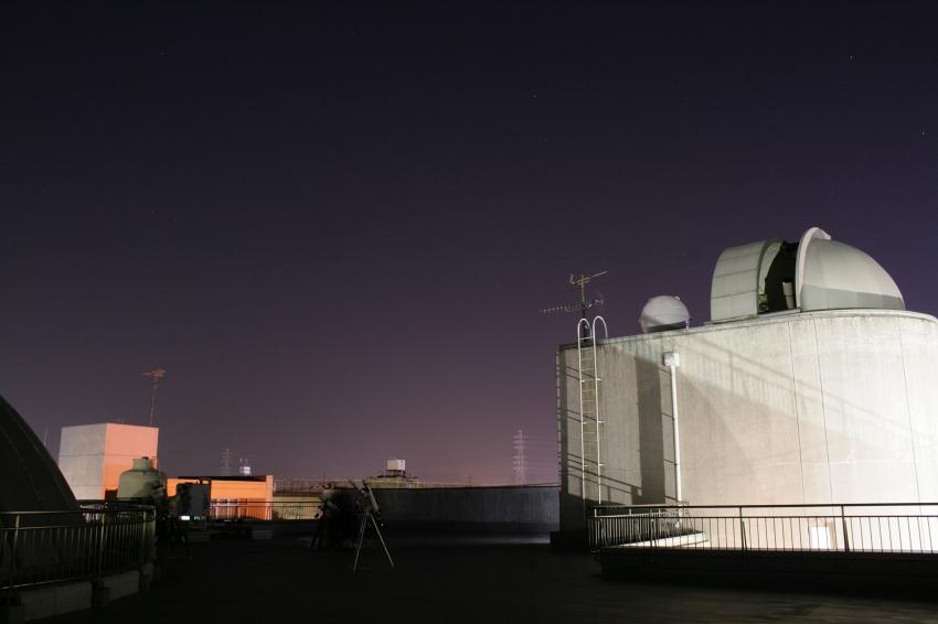 屋上の様子。右のドームの中にニコン15センチ屈折望遠鏡があります。