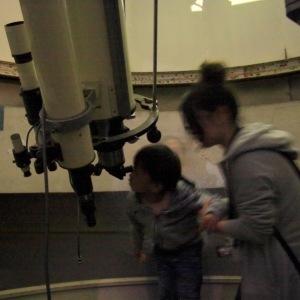 月を観察する未来の宇宙飛行士?