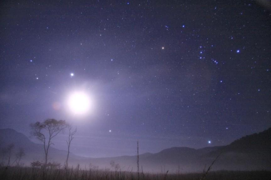 尾瀬ヶ原に昇る月
